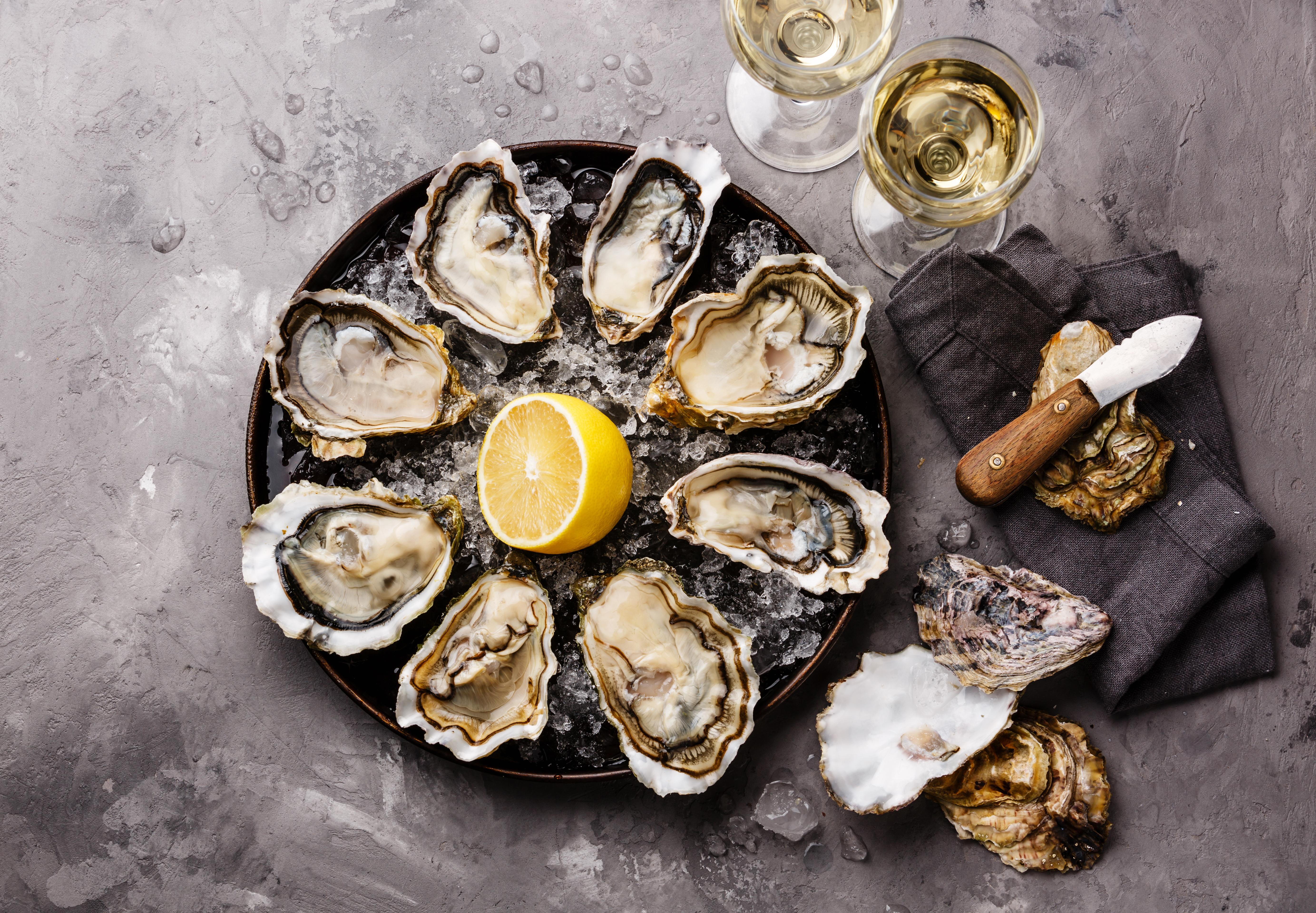 Harmonização clássica: vinho branco Chablis e ostras frescas.