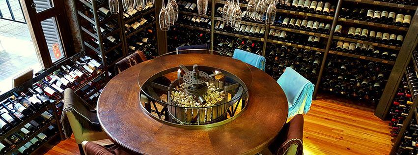 No Azafrán Resto, é possível almoçar ou jantar dentro da adega (e é uma das mesas mais disputadas da casa)