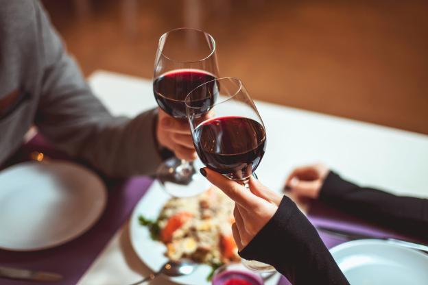 Resultado de imagem para brindando com vinho